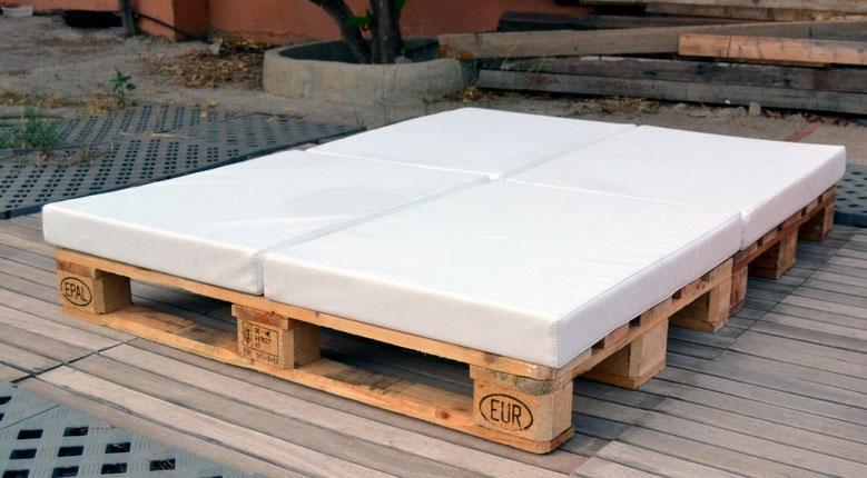 Camas hechas con palets de madera usados for Camas con palets